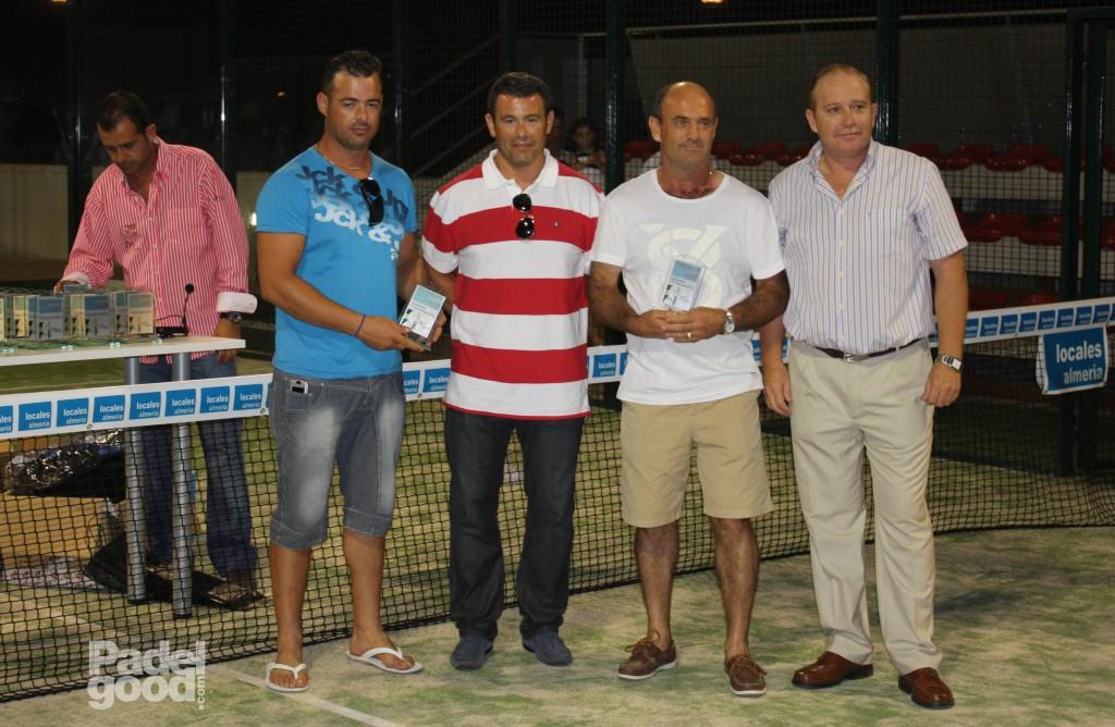 trofeo2 torneo locales almeria padelgood Finaliza el I Open de Pádel Locales Almería con victoria de Paquito Navarro y Xiki Cepero.