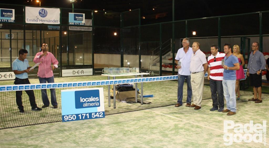 trofeo3 torneo locales almeria padelgood Finaliza el I Open de Pádel Locales Almería con victoria de Paquito Navarro y Xiki Cepero.