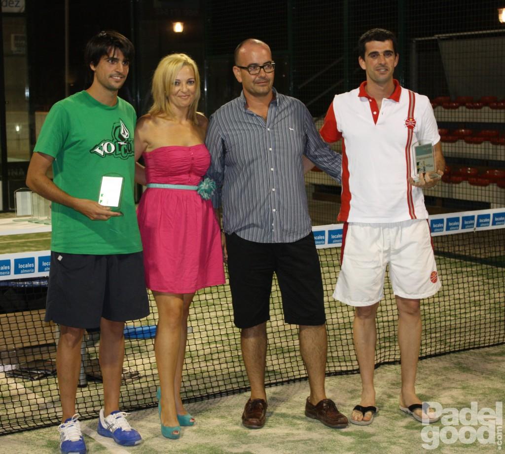 trofeo6 torneo locales almeria padelgood Finaliza el I Open de Pádel Locales Almería con victoria de Paquito Navarro y Xiki Cepero.