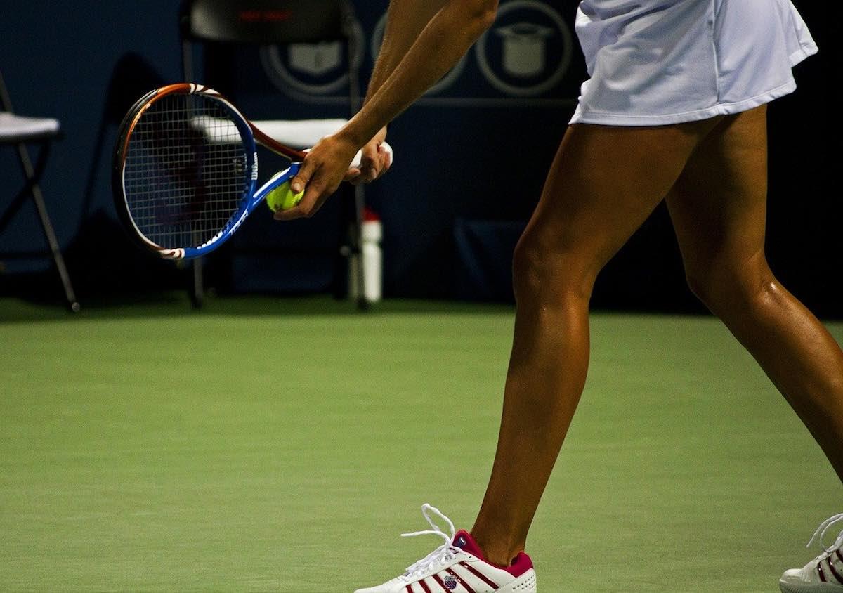 Servicio tenis Beneficios del pádel para tonificar músculos